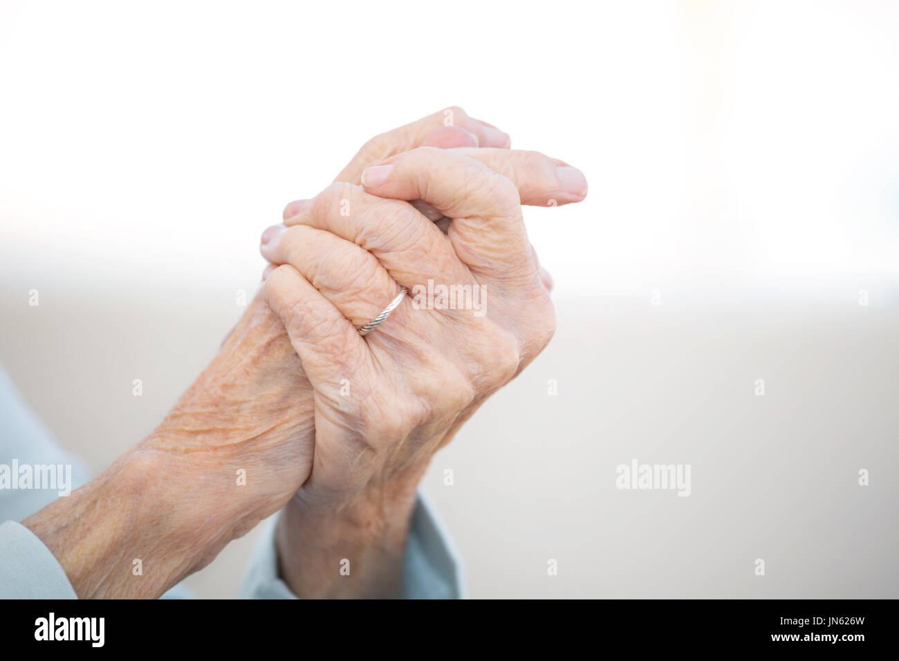 Ältere Frau mit Arthritis. Stockbild