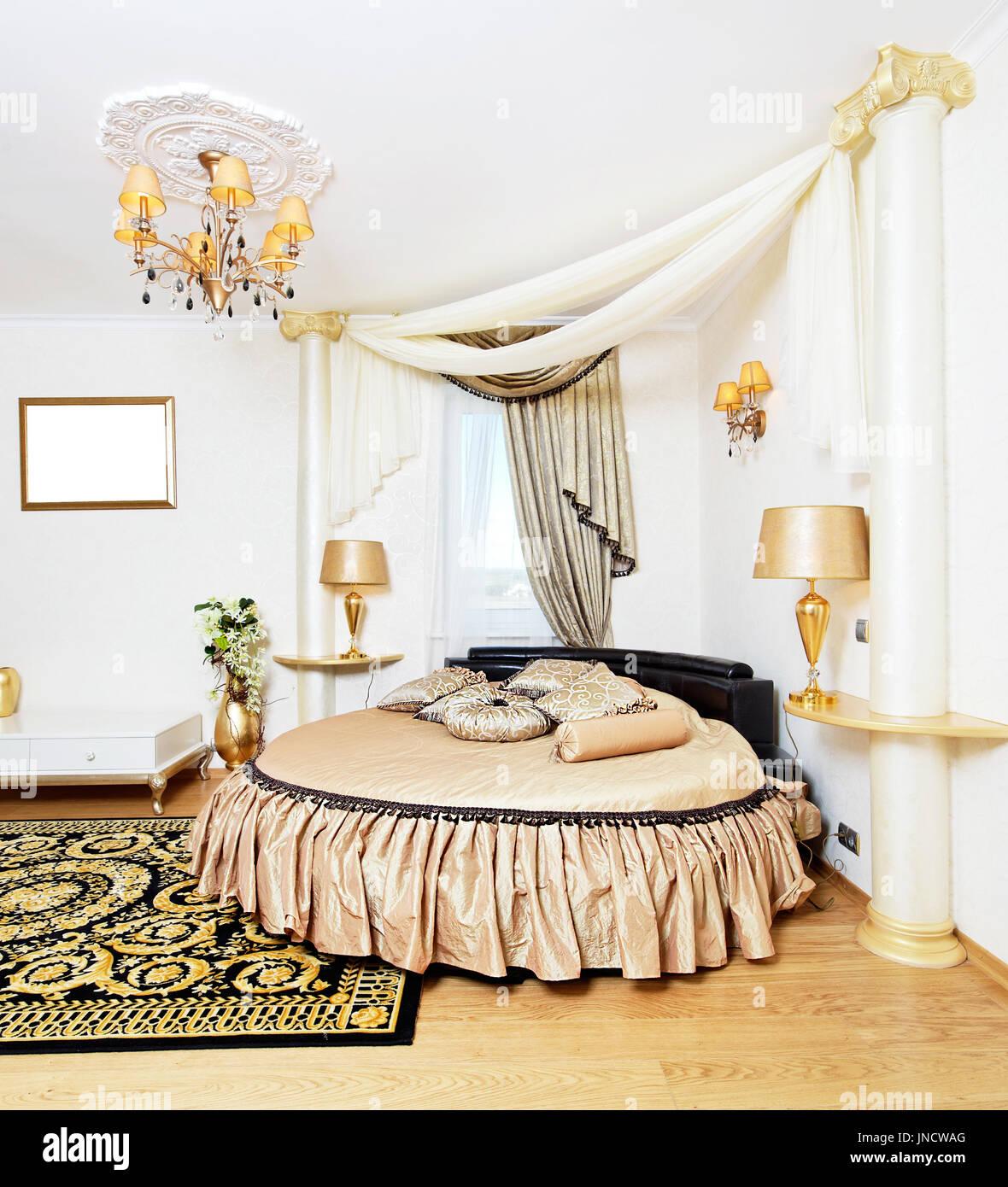 Cassical Goldene Schlafzimmer Innenraum Mit Rundbett Stockfoto Bild
