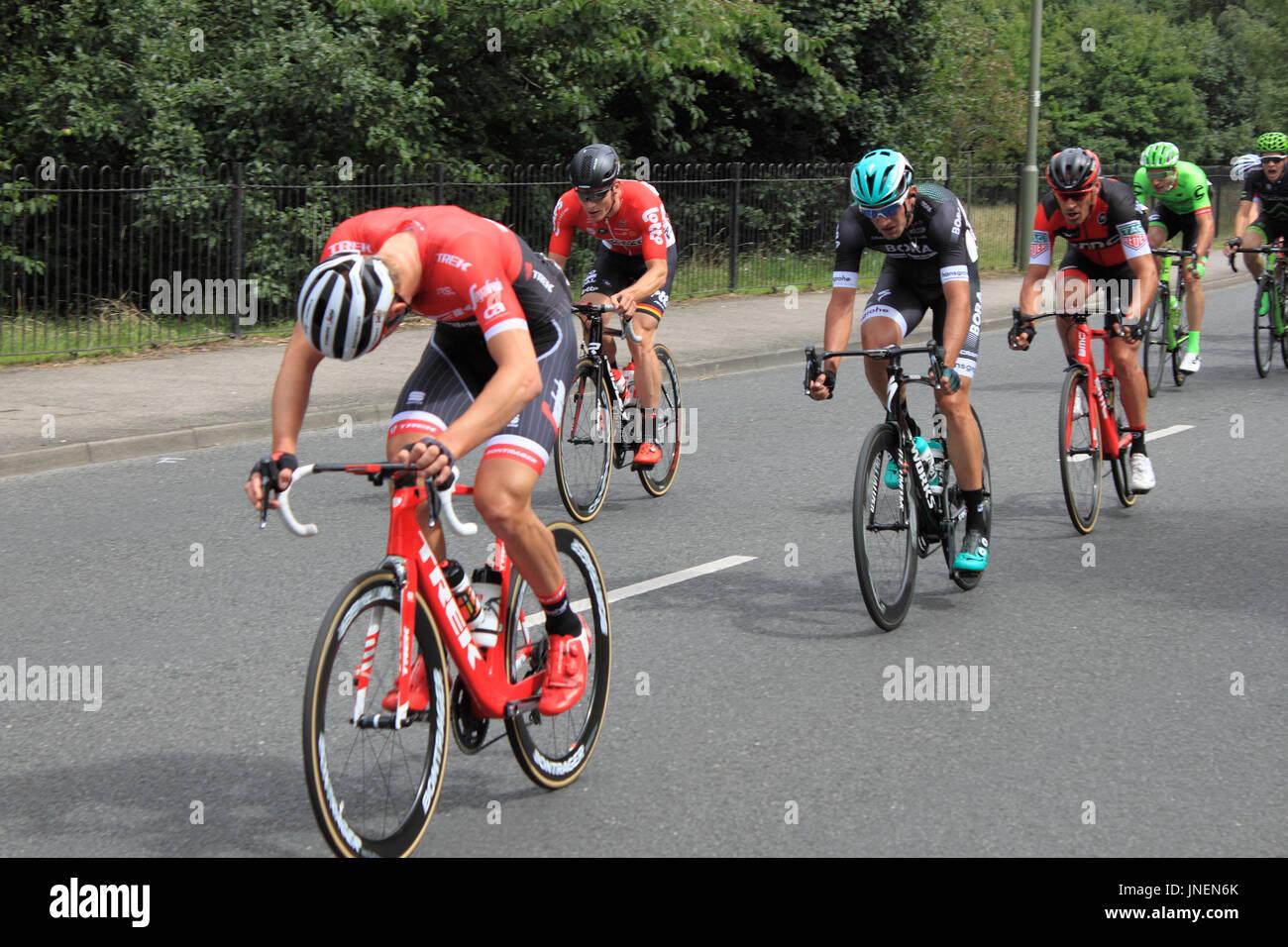 Von links nach rechts: Matthias Brändle (Trek-Segafredo) André Greipel (Lotto-Saudal), Pascal Ackermann (Bora-Hansgrohe) und Manuel Quinziato (BMC Racing). RideLondon-Surrey Klassiker. Hurst Road, East Molesey, Surrey, UK. 30. Juli 2017. UCI World Tour klassifiziert, Tages-140km Straßenlauf Start und Ziel im Zentrum von London. Die Route basiert auf den Kurs für die Olympischen Spiele 2012 verwendet und nimmt dem Fahrer aus London in Surrey Hills. Bildnachweis: Ian Flasche/Alamy Live-Nachrichten Stockbild