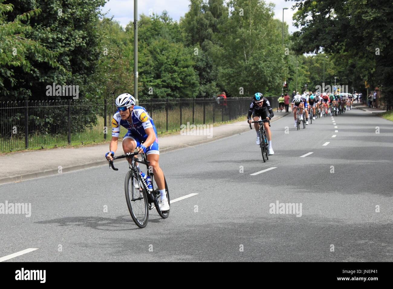 Matteo Trentin (Quick-Step Böden, Sprints Gewinner) und Teo Georghan Hart (Team Sky). RideLondon-Surrey Klassiker. Hurst Road, East Molesey, Surrey, UK. 30. Juli 2017. UCI World Tour klassifiziert, Tages-140km Straßenlauf Start und Ziel im Zentrum von London. Die Route basiert auf den Kurs für die Olympischen Spiele 2012 verwendet und nimmt dem Fahrer aus London in Surrey Hills. Bildnachweis: Ian Flasche/Alamy Live-Nachrichten Stockbild
