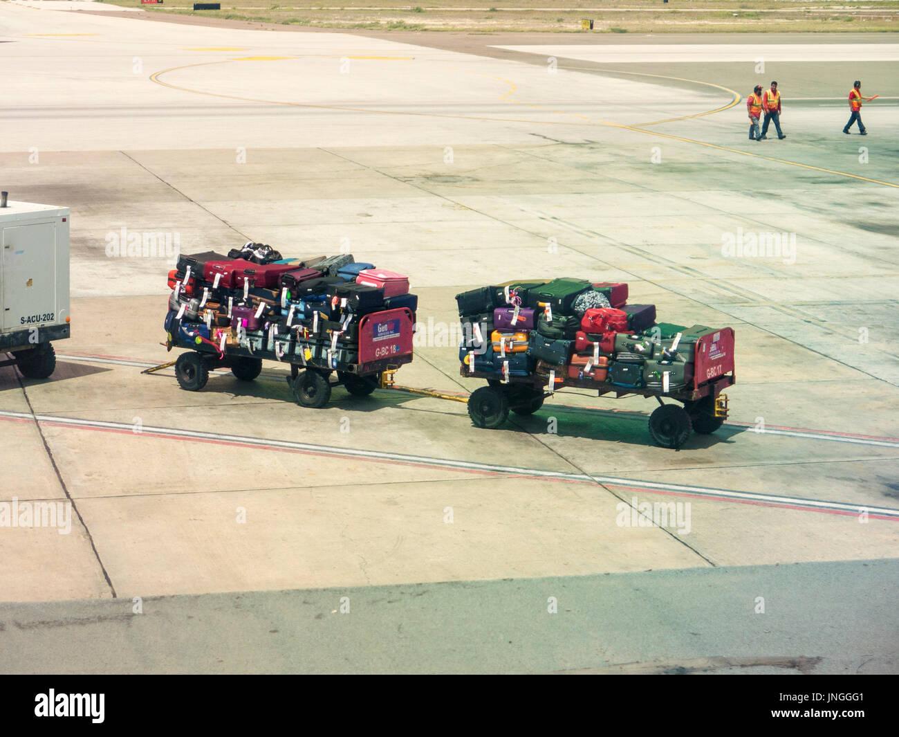Gepäckwagen abhalten Gepäck am Flughafen Stockbild