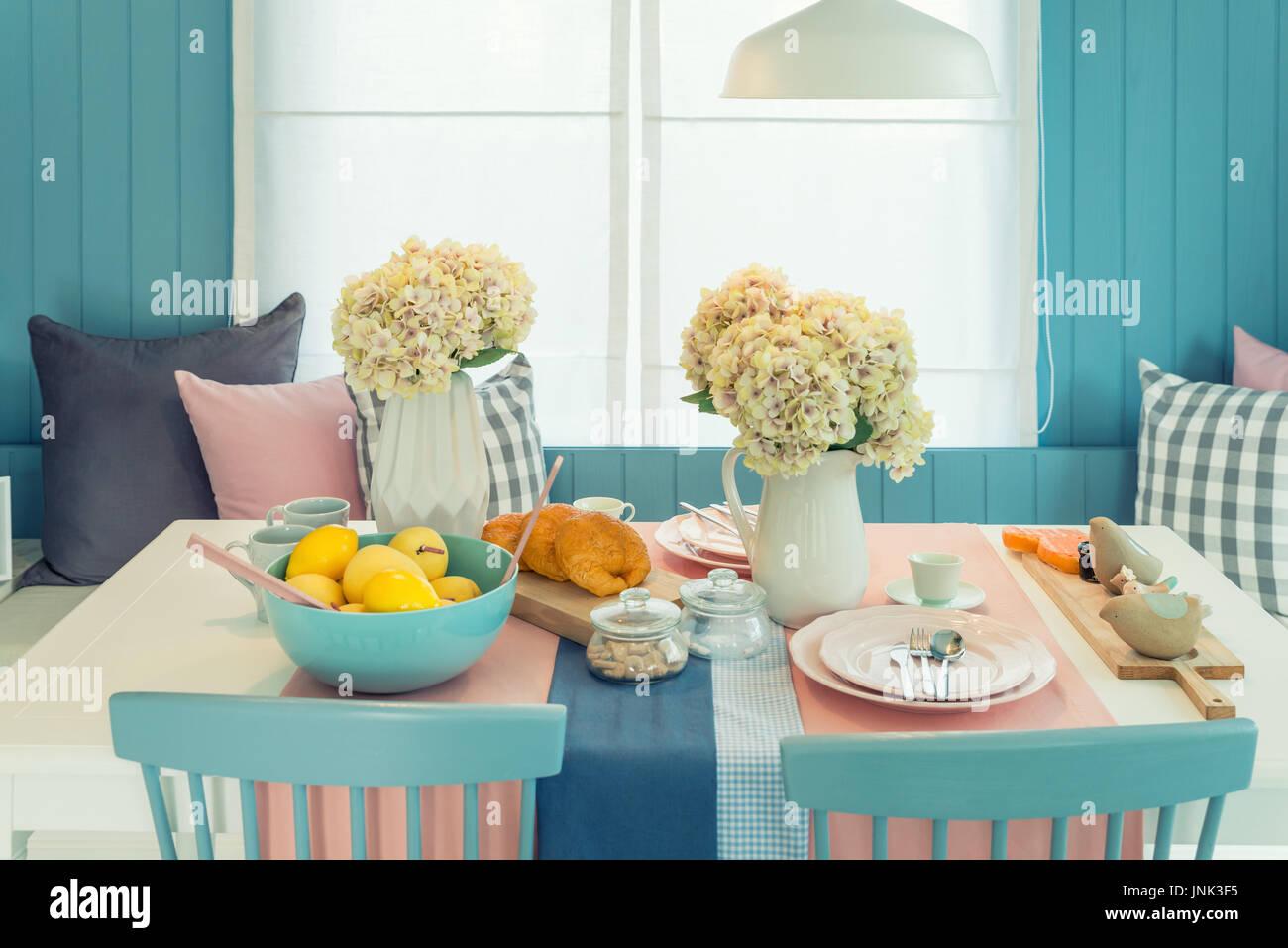 Vintage Esszimmer tisch und stuhl im vintage esszimmer zu hause. tisch am esstisch