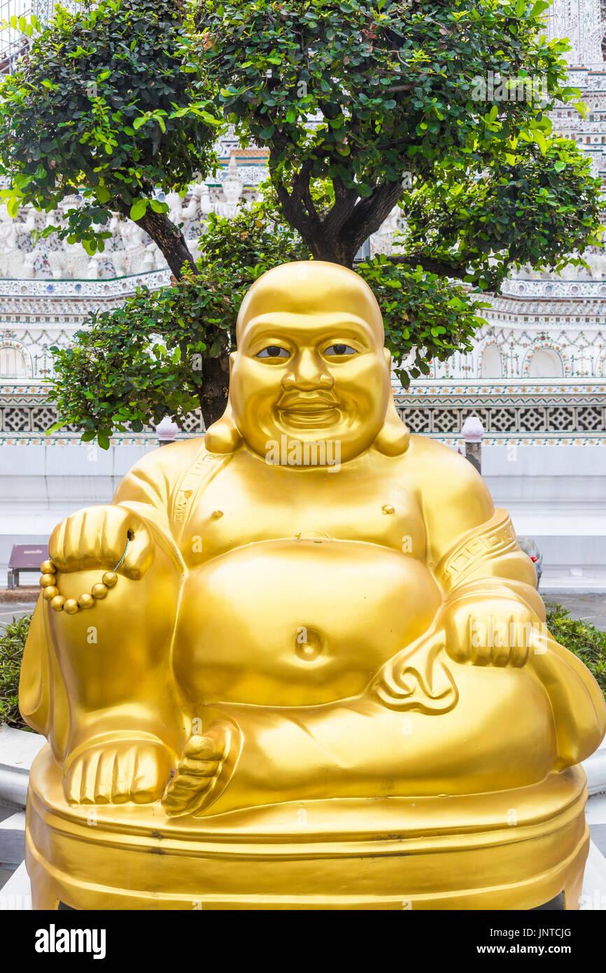 statue von l chelnden fetten goldenen buddha chinesischen gott des gl cks im wat arun tempel. Black Bedroom Furniture Sets. Home Design Ideas