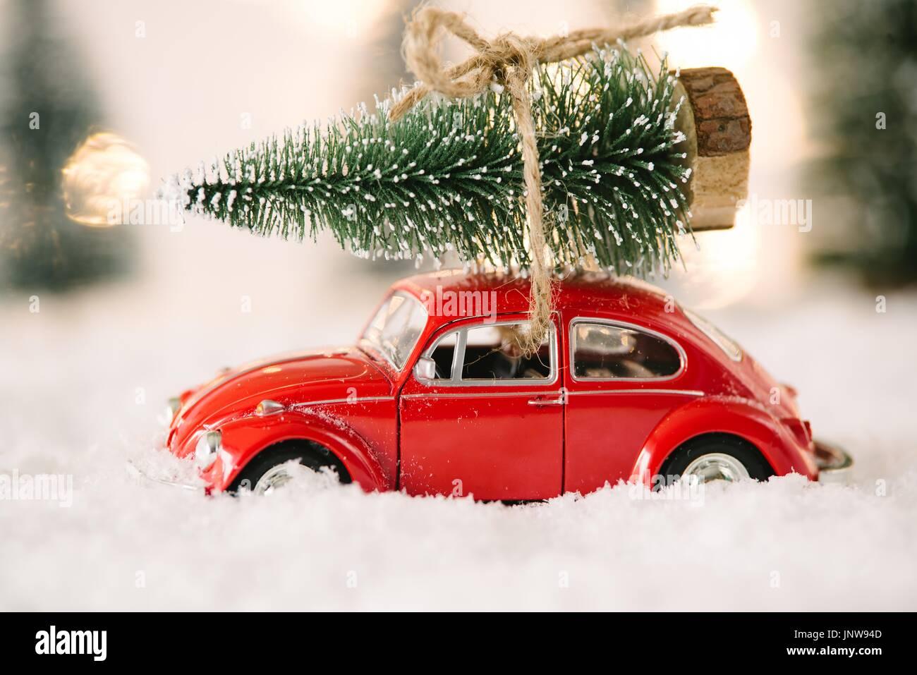 Auto Weihnachtsbaum.Kleines Rotes Auto Spielzeug Mit Weihnachtsbaum Im Schnee Bedeckt