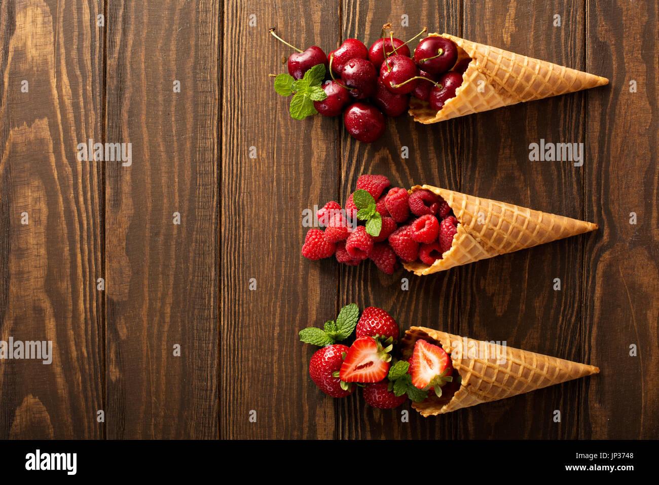 Frisches Obst und Beeren in Waffelkegeln Stockbild