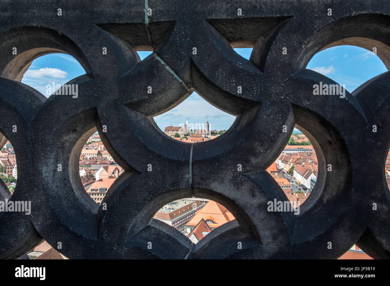 Die berühmte Burg Nürnberg durch eine Steinmauer als Rahmen gesehen ...