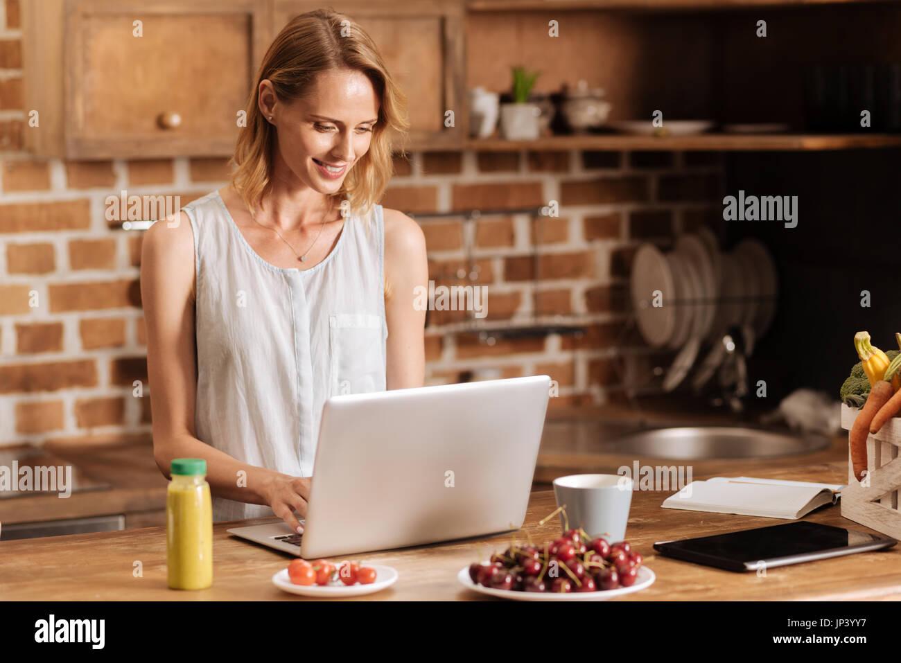Clevere engagierte Frau, die von zu Hause aus arbeiten Stockbild