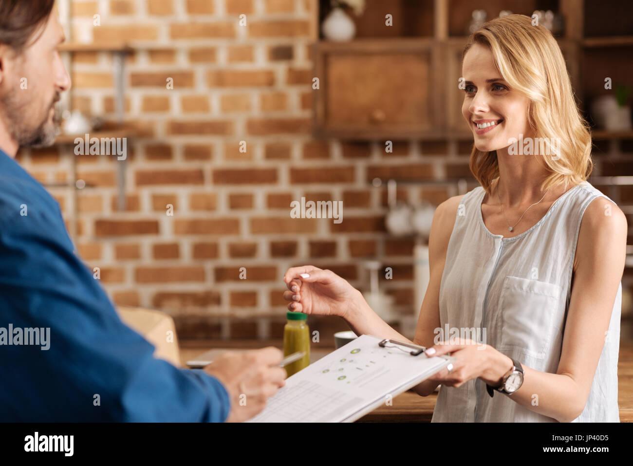 Wunderschöne dankbar Dame bietet ihre Unterschrift Stockbild