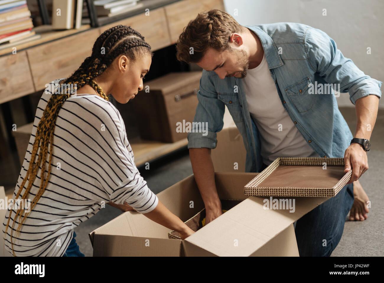Aufmerksame Partner Verbeugung Köpfe beim Blick nach unten Stockbild