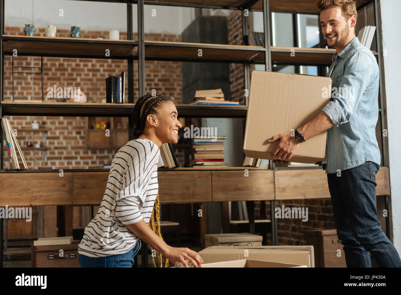 Begeistert junge Paar Umzug in neues Haus Stockbild
