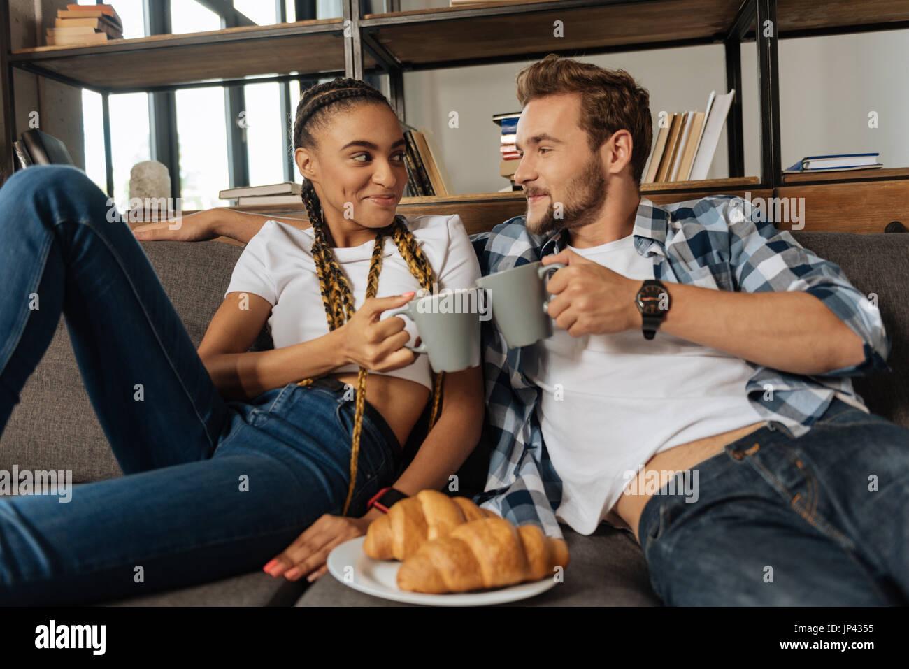 Schöne männliche Person gehen, Tee trinken Stockbild