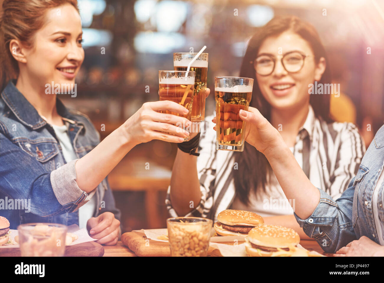 Glückliche Mädchen feiern ihren Urlaub Stockbild