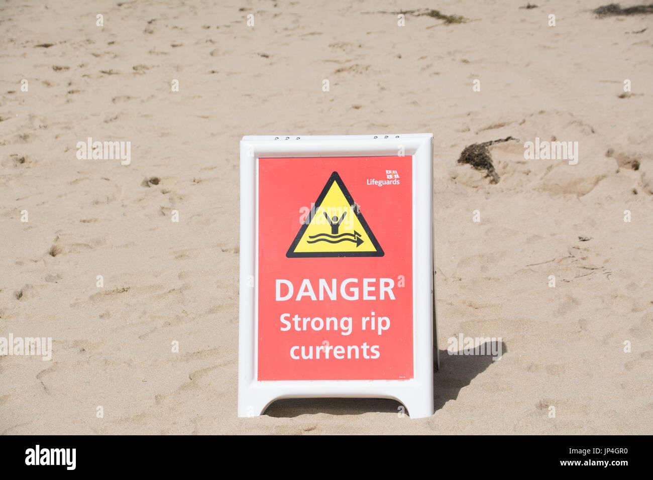 Gefahr starker Strömungen unterzeichnen am Strand Stockbild