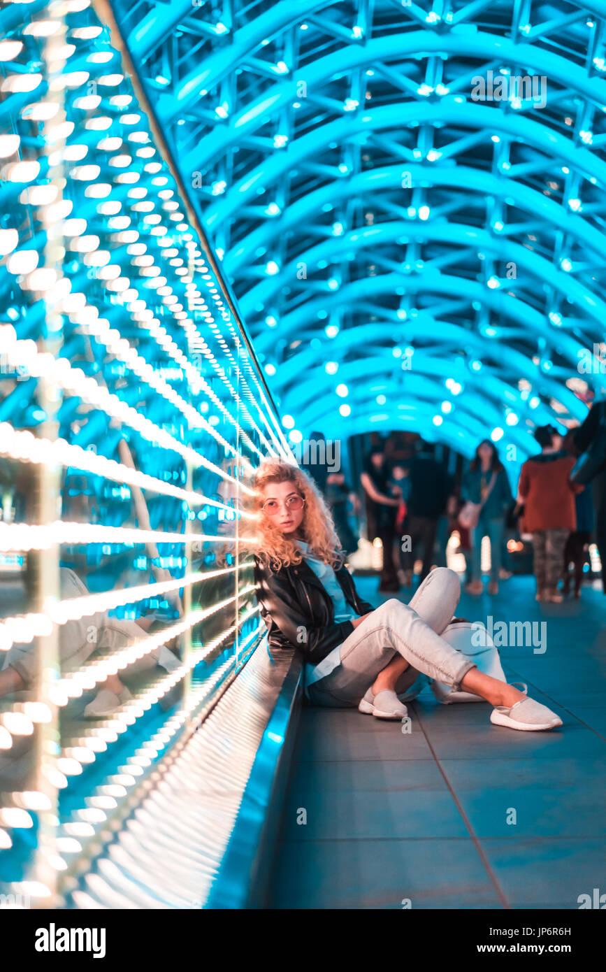 Junge Frau auf der Brücke des Friedens Stockbild