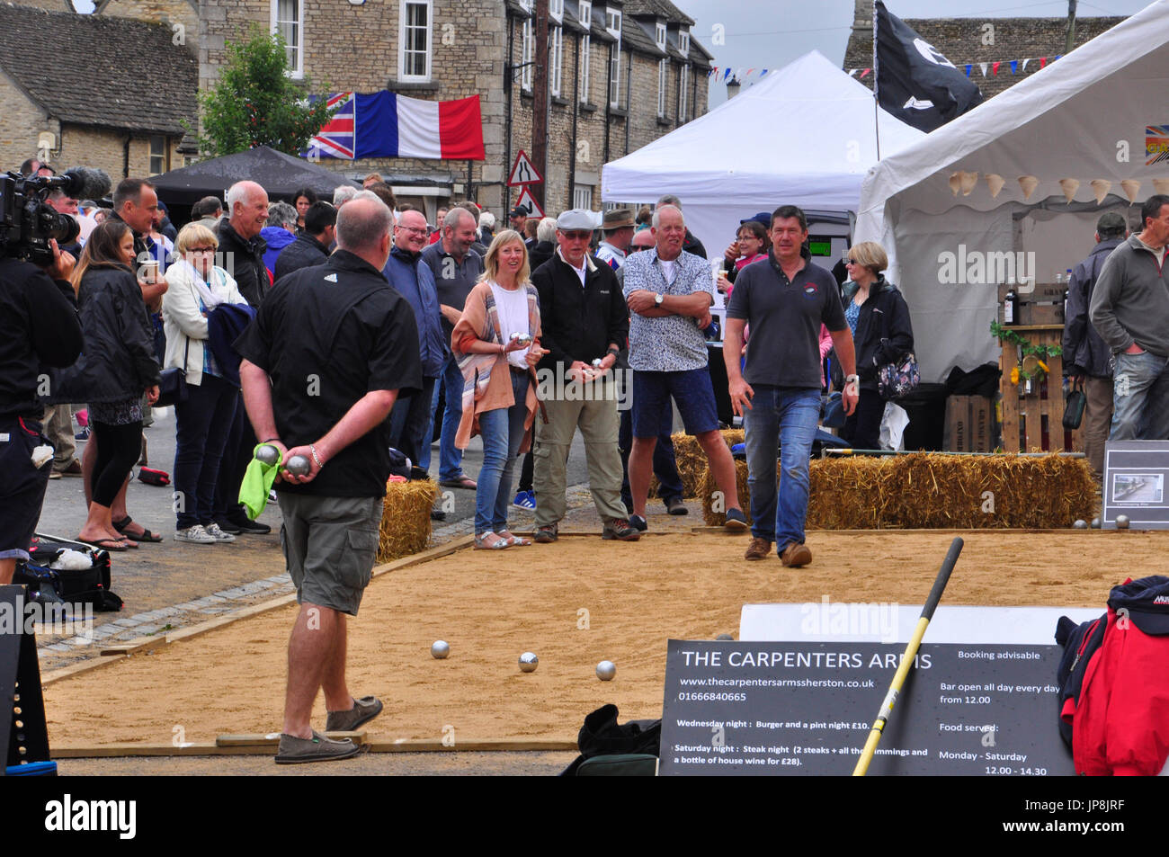 Boules Wettbewerb, jährliche Veranstaltung in sherston, uk. begeisterte Spieler konzentrieren. Stockbild