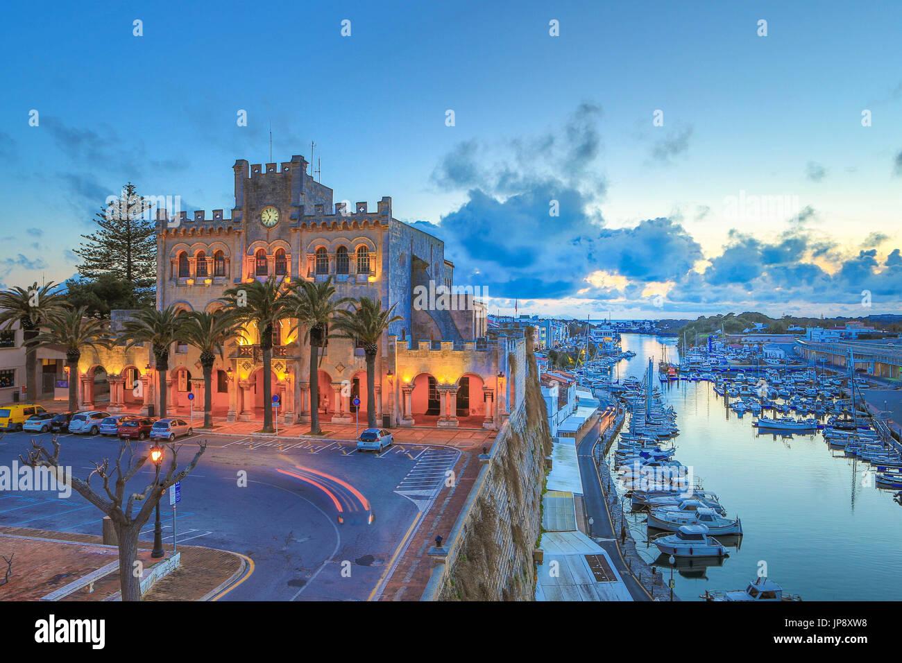 Spanien Balearen Insel Menorca, Ciutadella Stadt, Stadt Halle und Ciutadella Hafen Stockbild