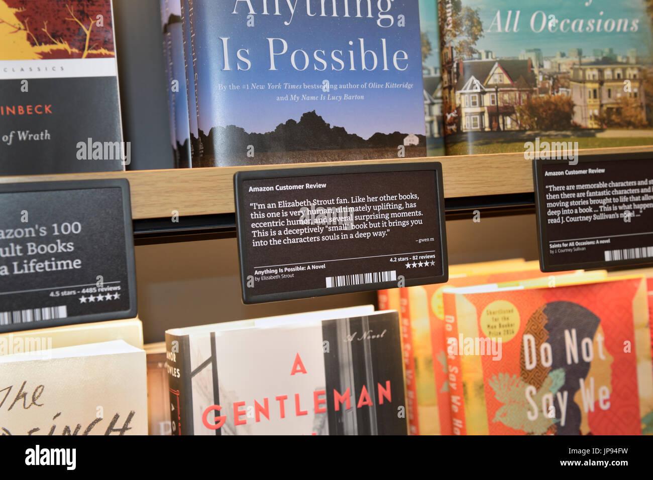 Bücher in den Regalen ein Amazon Bücher-Shop mit