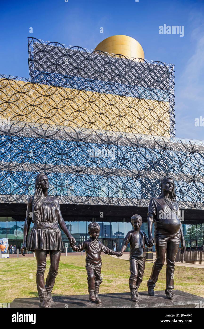 "West Midlands, Birmingham, The Library of Birmingham, England, Skulptur mit dem Titel ""A Real Birmingham Familie"" von Gillian Wearing Stockbild"
