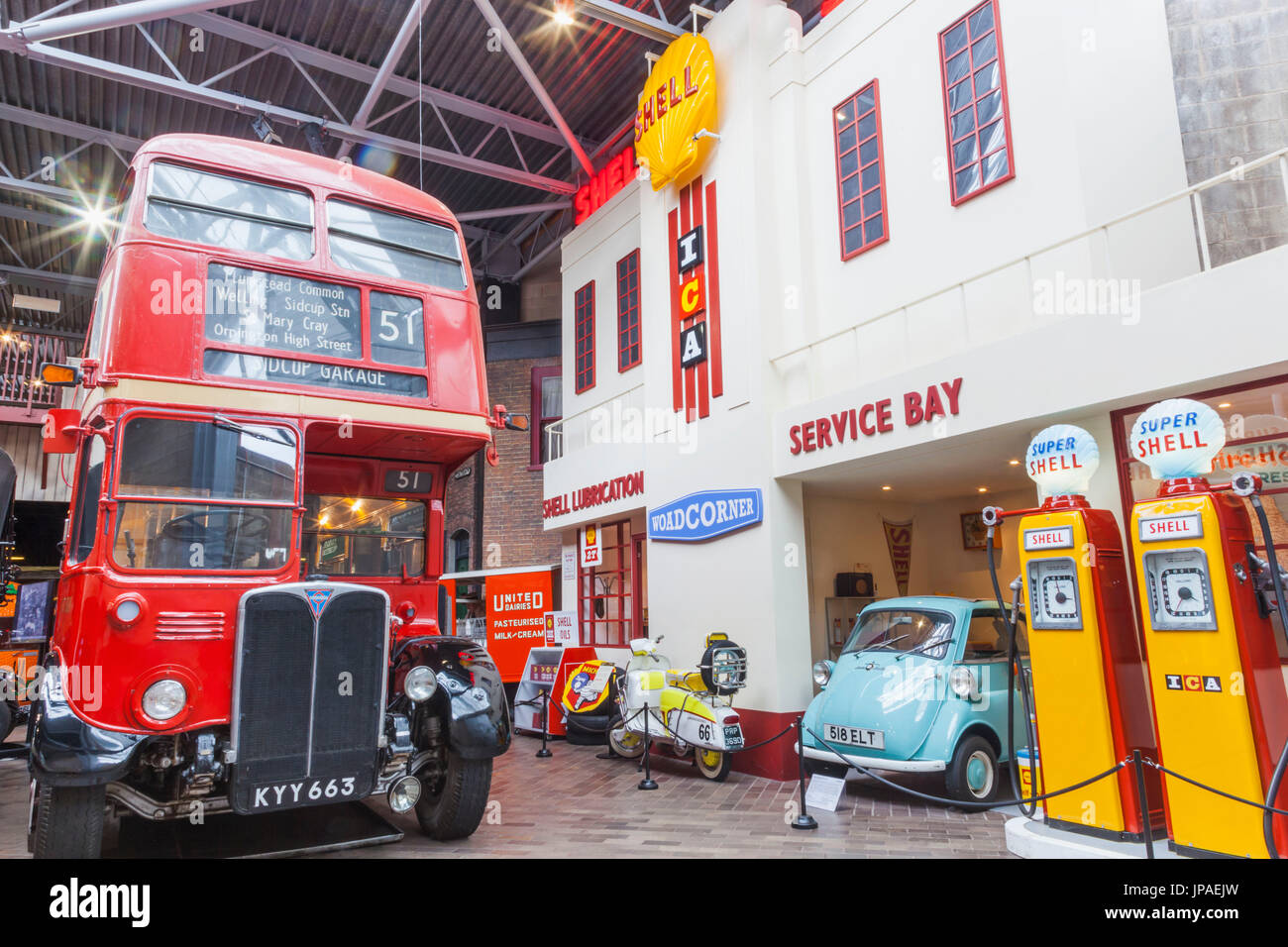 England, Hampshire, New Forest, Beaulieu, das National Motor Museum, Ausstellung von historischen Garage Stockbild