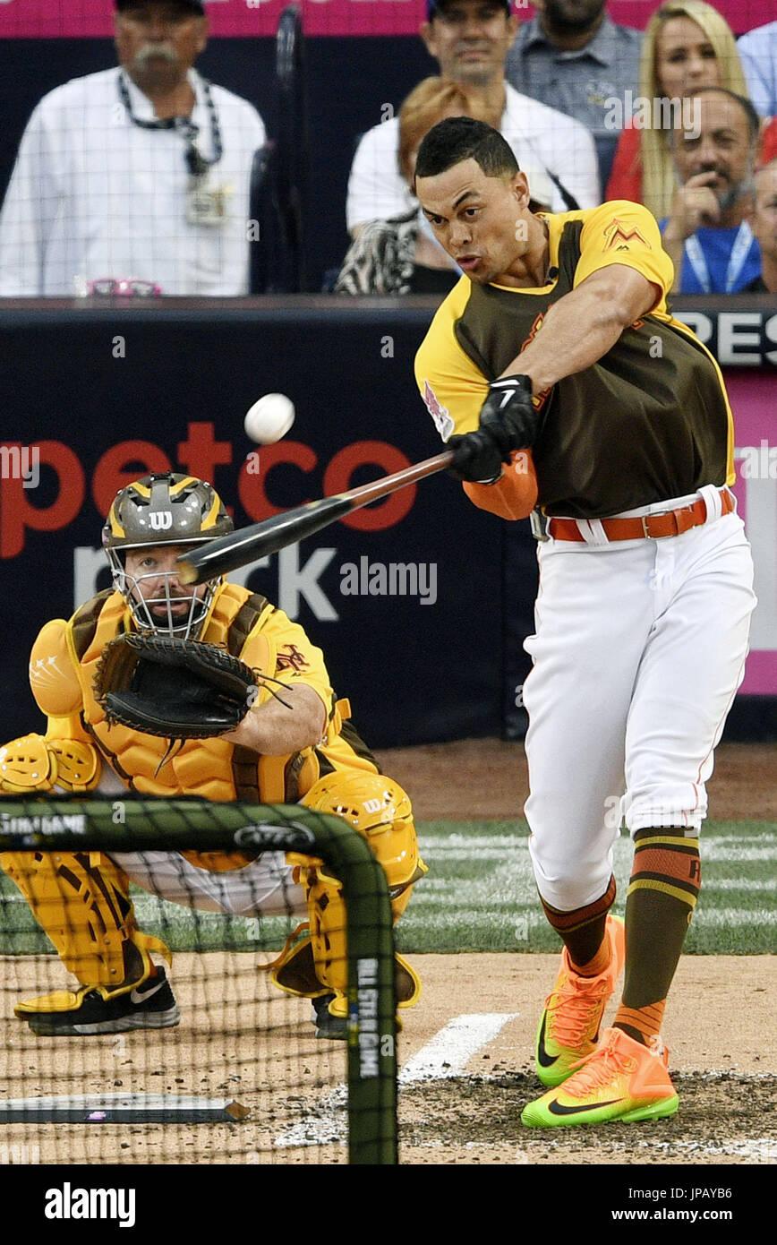 Miami Marlins Outfielder Giancarlo Stanton konkurriert in einem Homerun-Derby, ein Ereignis einen Tag vor der jährlichen MLB All Star Game im Petco Park in San Diego, Kalifornien, am 11. Juli 2016 statt. Stanton hit 20 Home Runs im Finale das Event (Kyodo) == Kyodo Stockfoto
