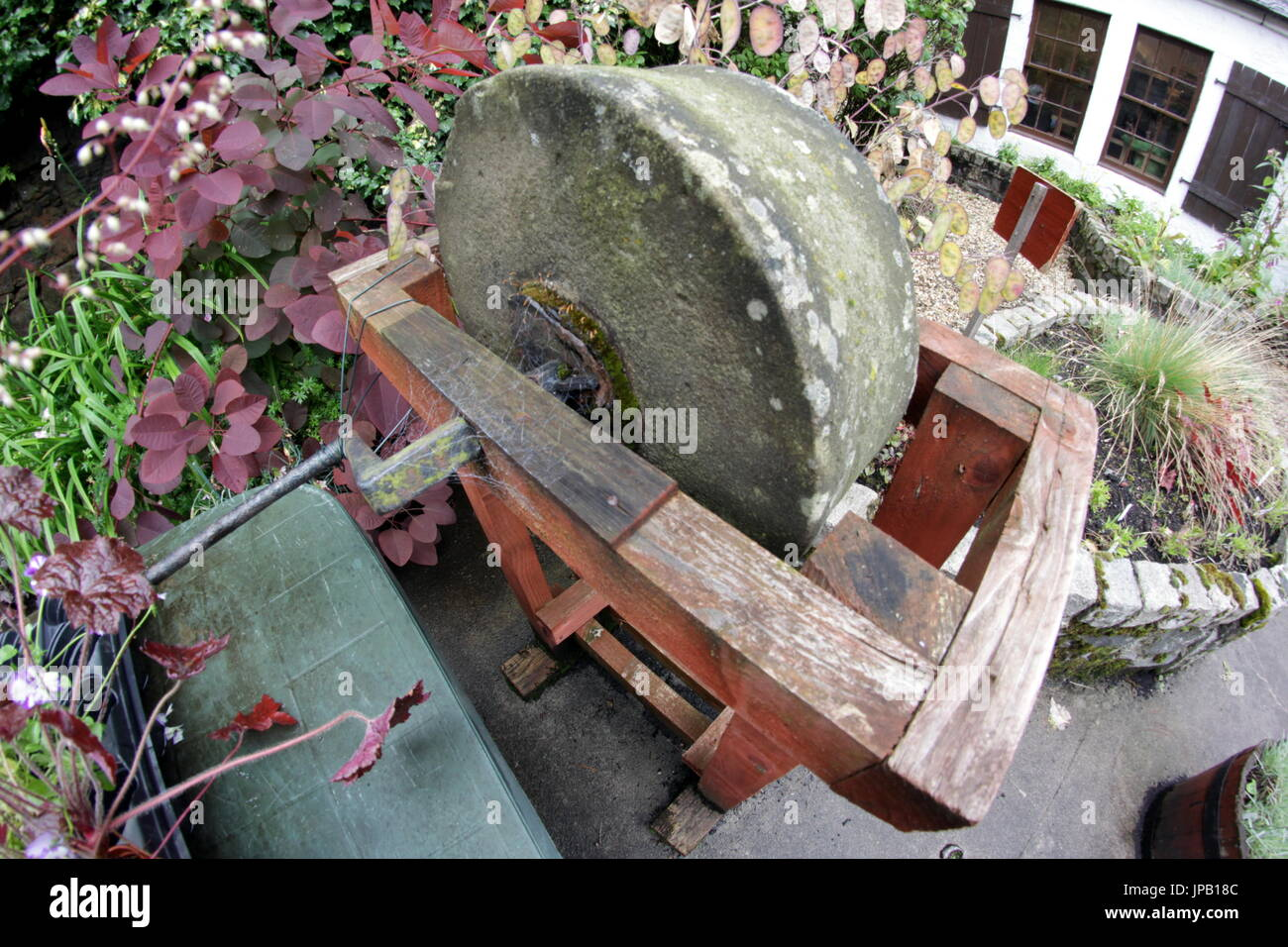 Abgewinkelt schleifstein zum sch rfen gartenverzierung for Gartengestaltung zum nachbarn