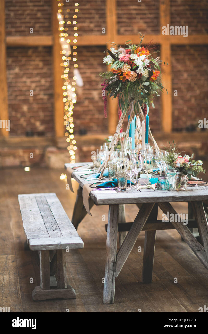 Hochzeit Feiern In Einer Scheune Tisch Bank Dekoration Stockfoto