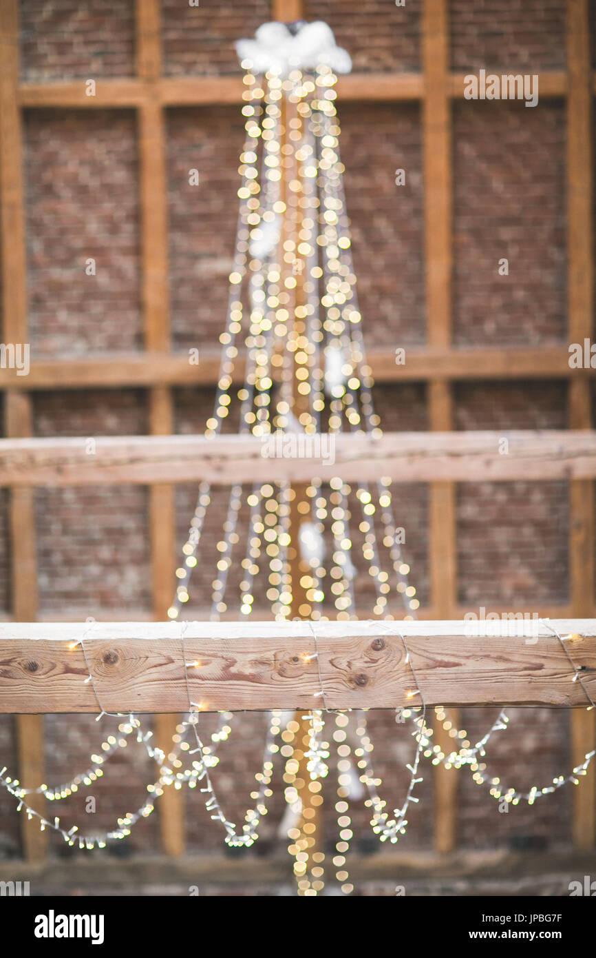 Hochzeit In Einer Scheune Dekoration Von Lichterketten Stockfoto
