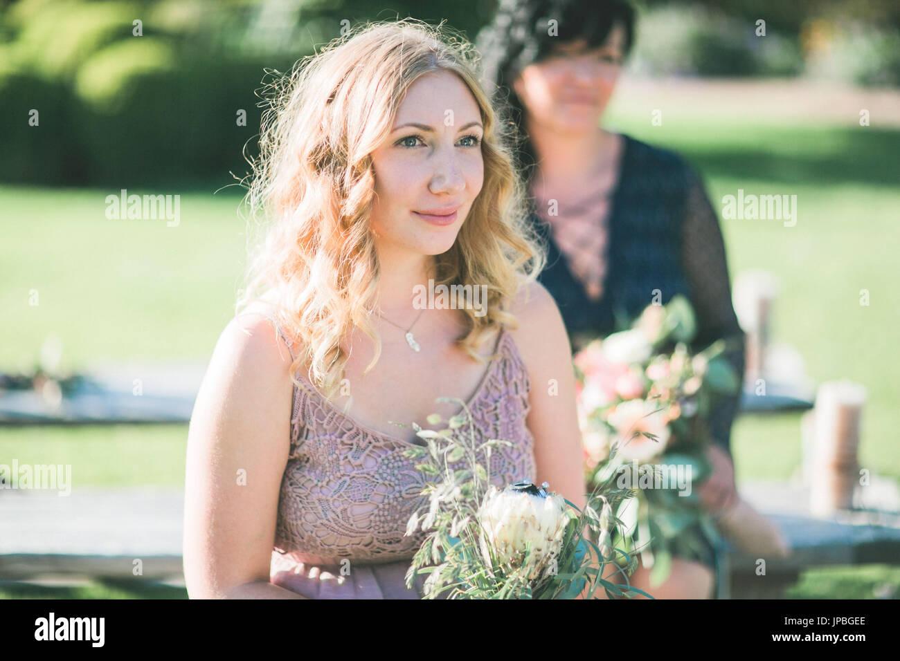 Zeugen bei alternative Hochzeit außerhalb Stockbild