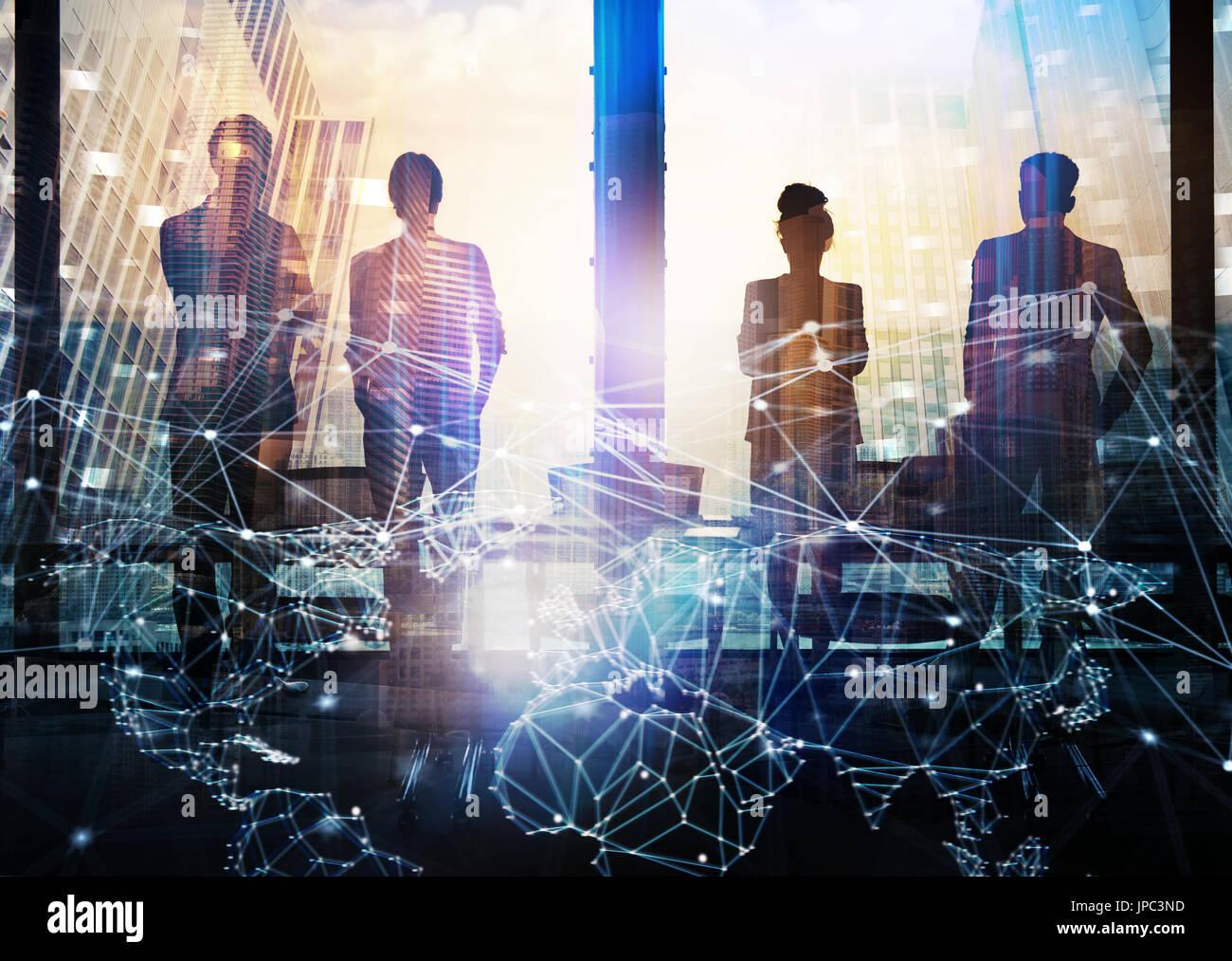 Gruppe von Business-Partner auf der Suche nach der Zukunft mit digitalen Netzwerkeffekt Stockbild