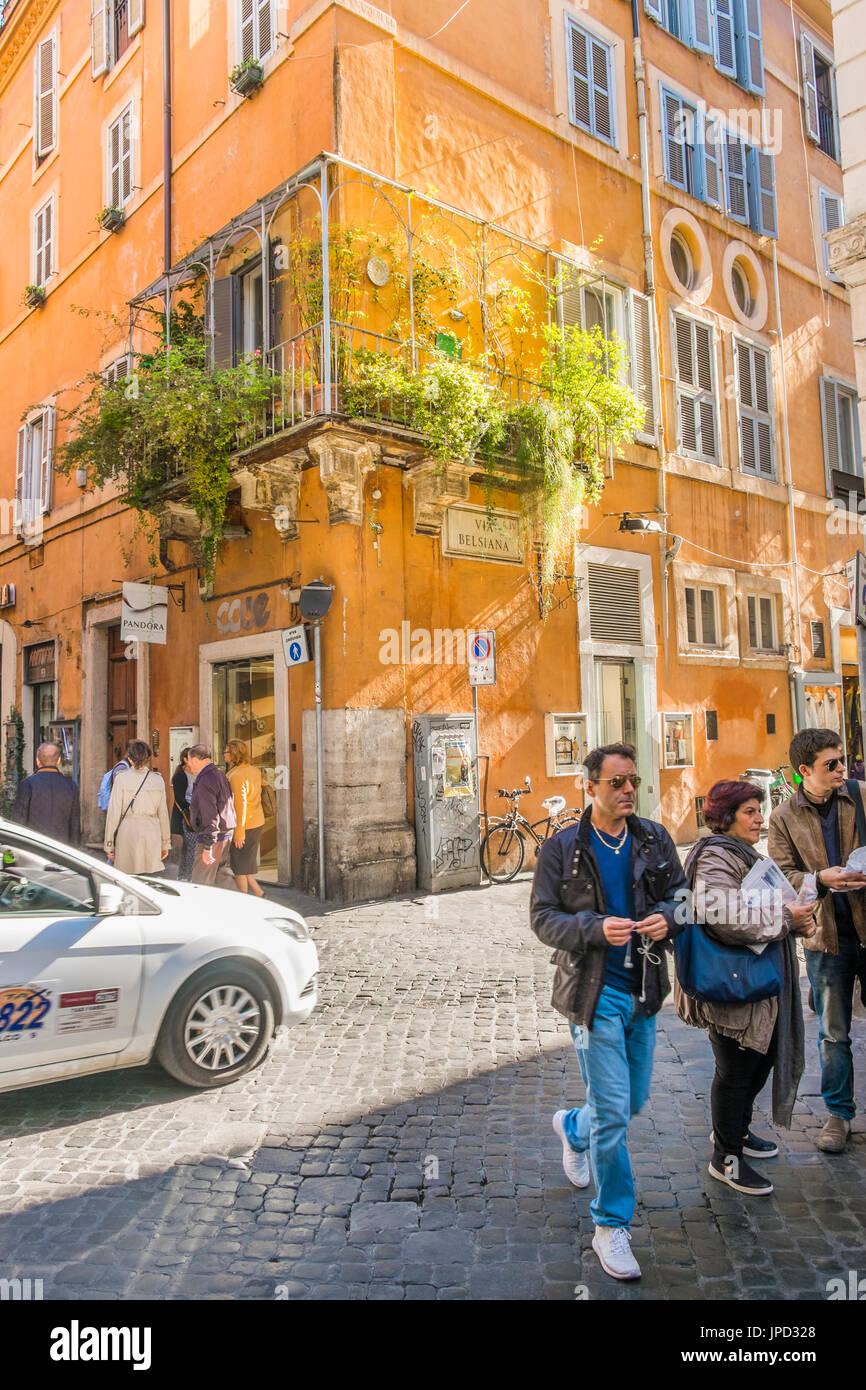 Straßenszene über Belsiana im historischen Viertel von Rom, Latium, Italien Stockbild