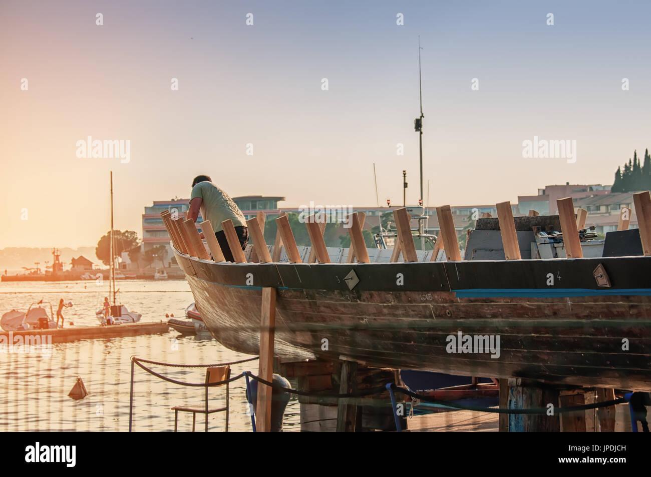Werkstatt für Restaurierung von Schiffen an der Küste des ...