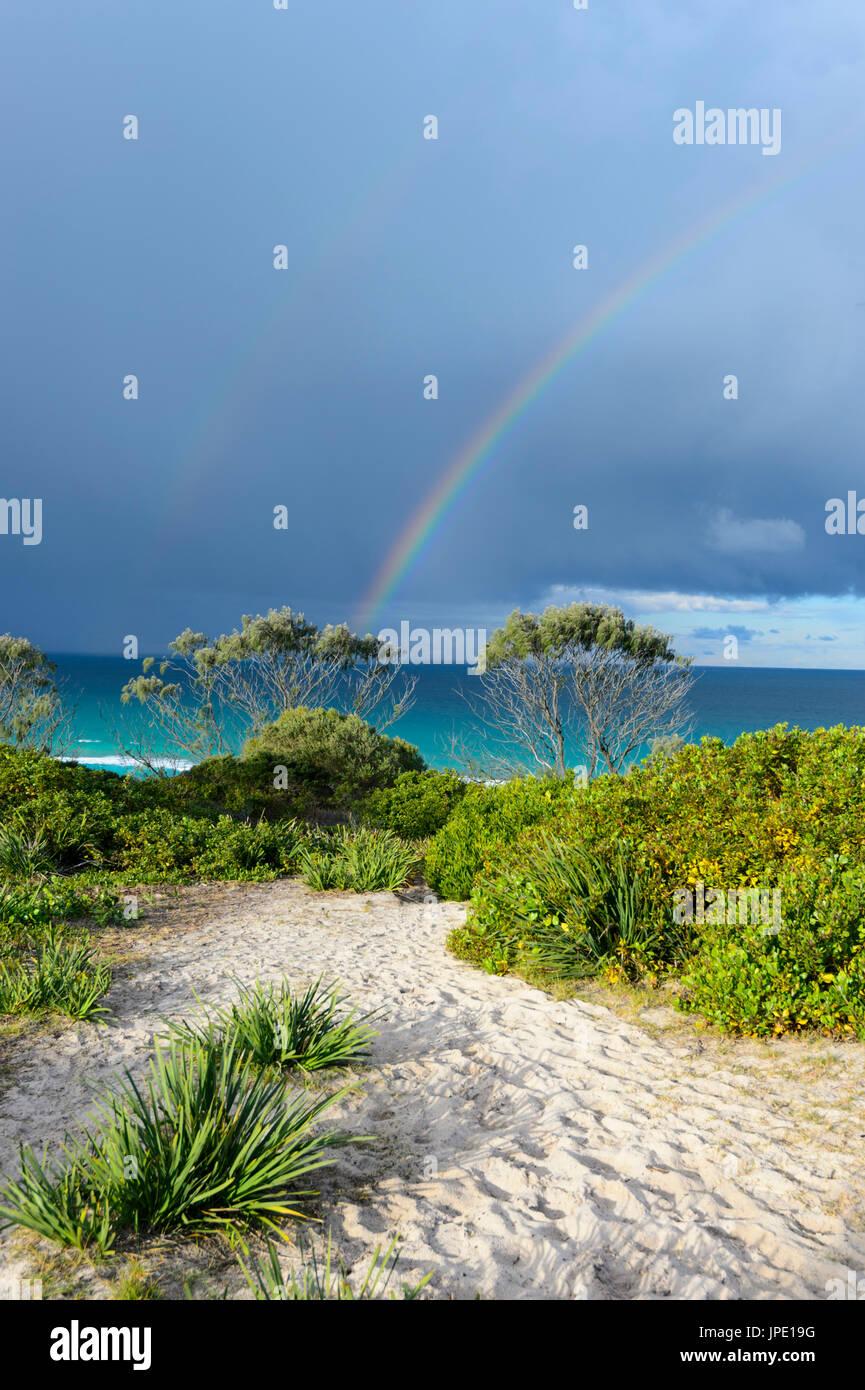 Regenbogen und stürmischen Himmel über Seven Mile Beach, Forster, New-South.Wales, NSW, Australien Stockbild