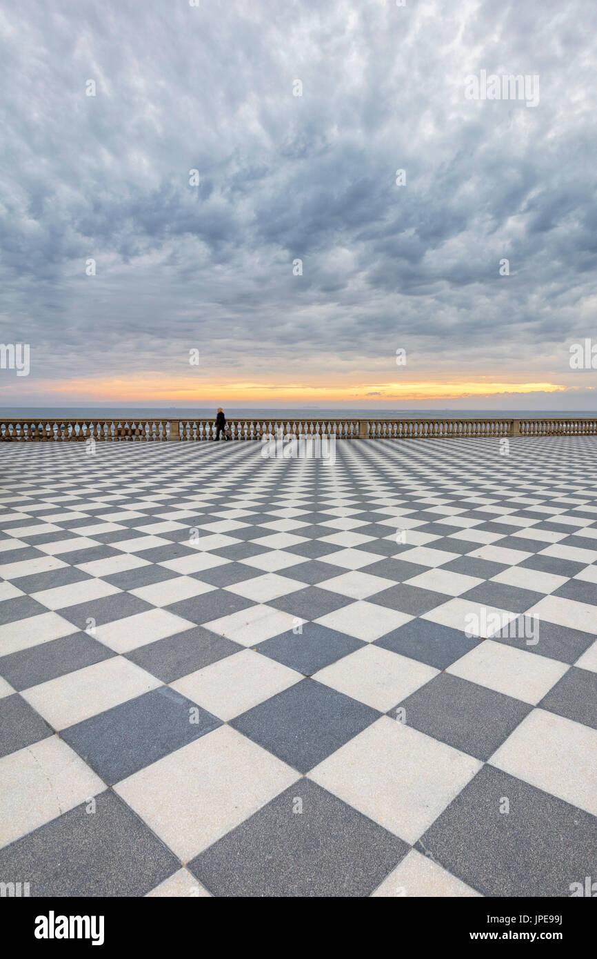 Ein stürmischer Sonnenuntergang am Terrazza Mascagni, Livorno ...