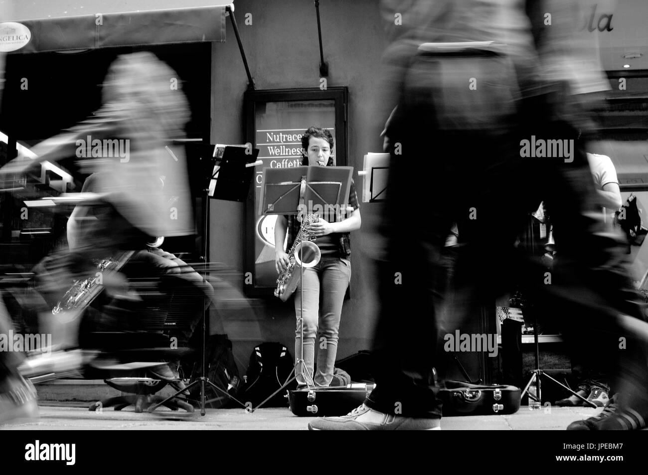 Bologna Straßenfotografie. Musiker spielen auf der Straße vor Publikum in Bewegung. Stockbild