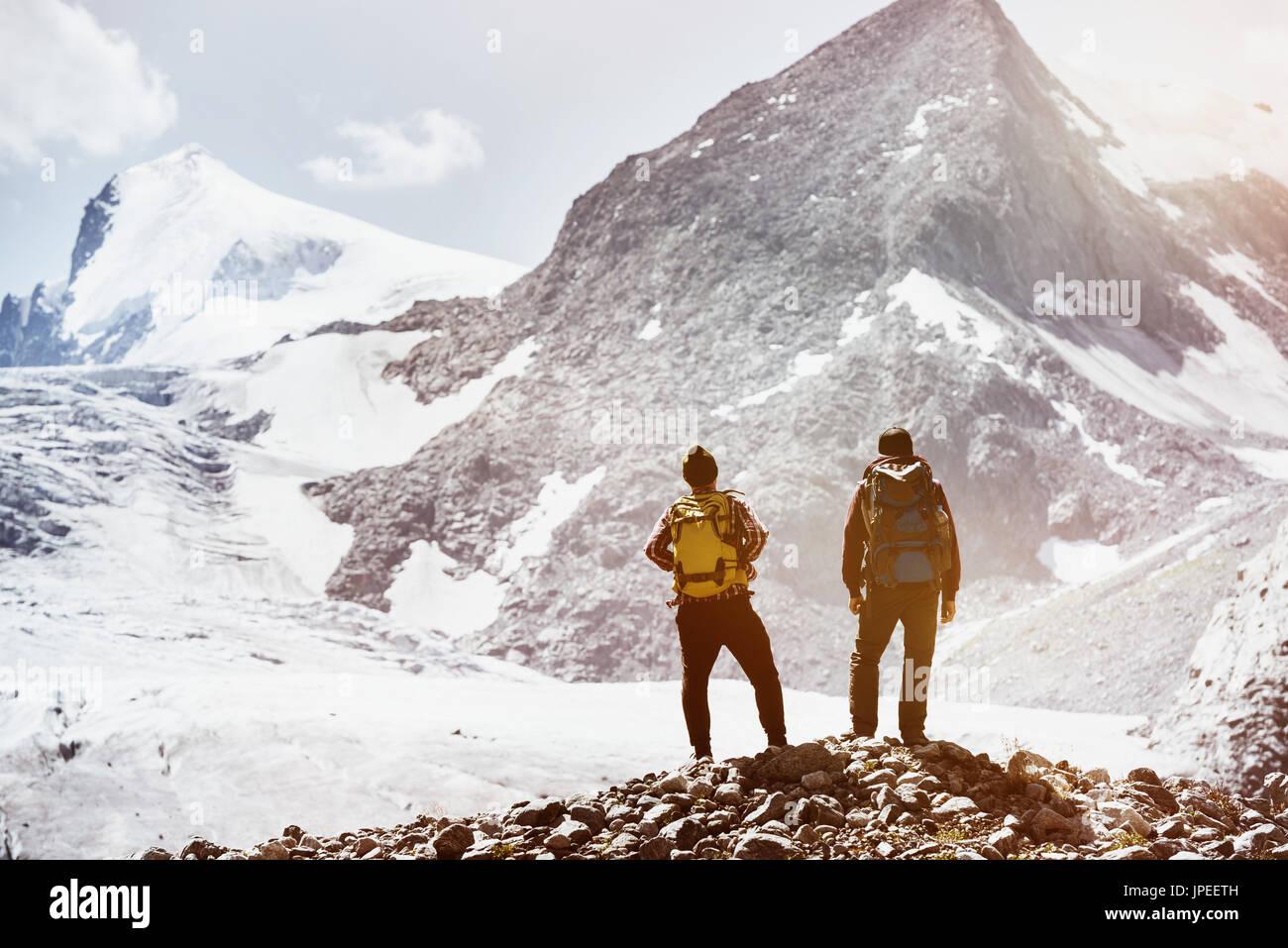 Trekking-Konzept mit zwei Freunden auf Berge Hintergrund. Spacefor text Stockbild