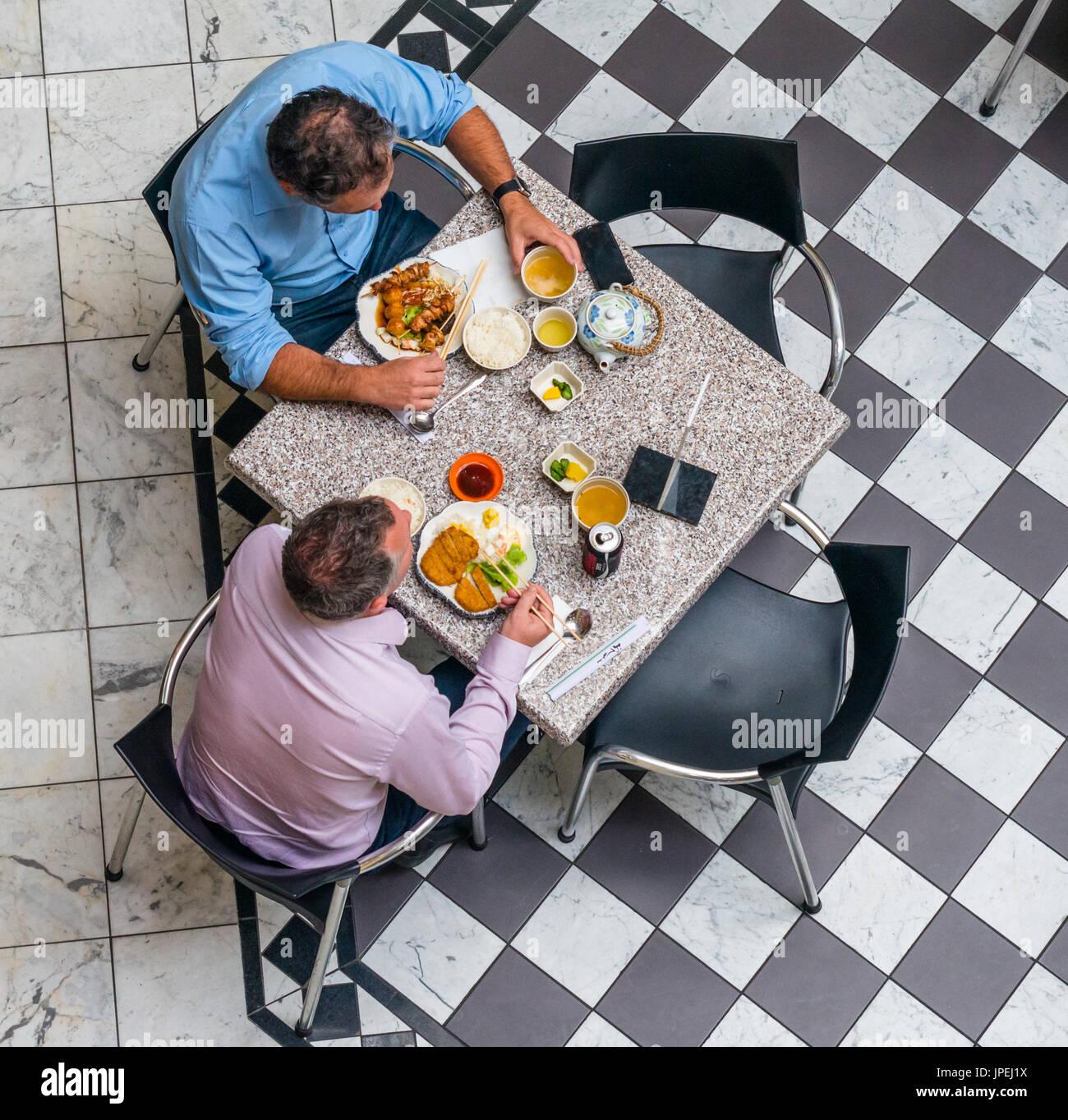Luftaufnahme von zwei Männern im Café in Adelaide Arcade. South Australia. Stockbild