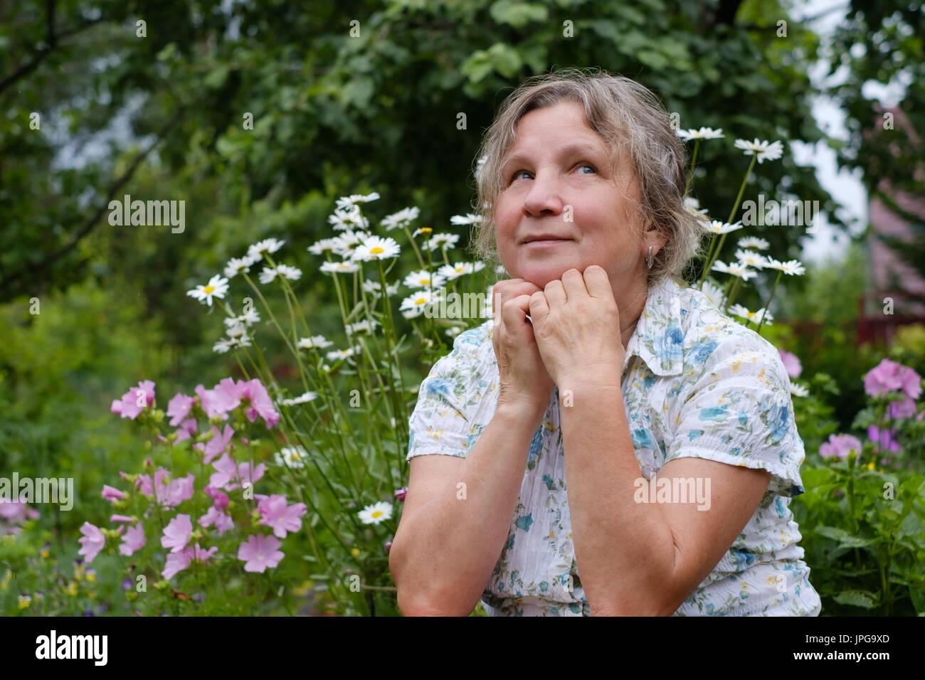 Porträt von Reife kaukasischen Frau träumen hautnah Stockbild