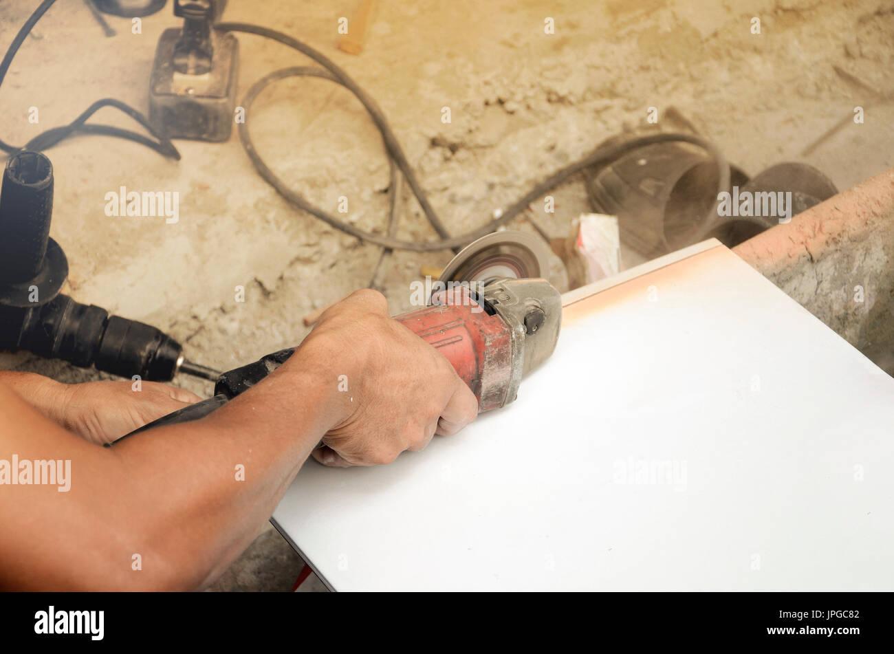 home renovierung. fliesen schneiden und bodenbelag stockfoto, bild