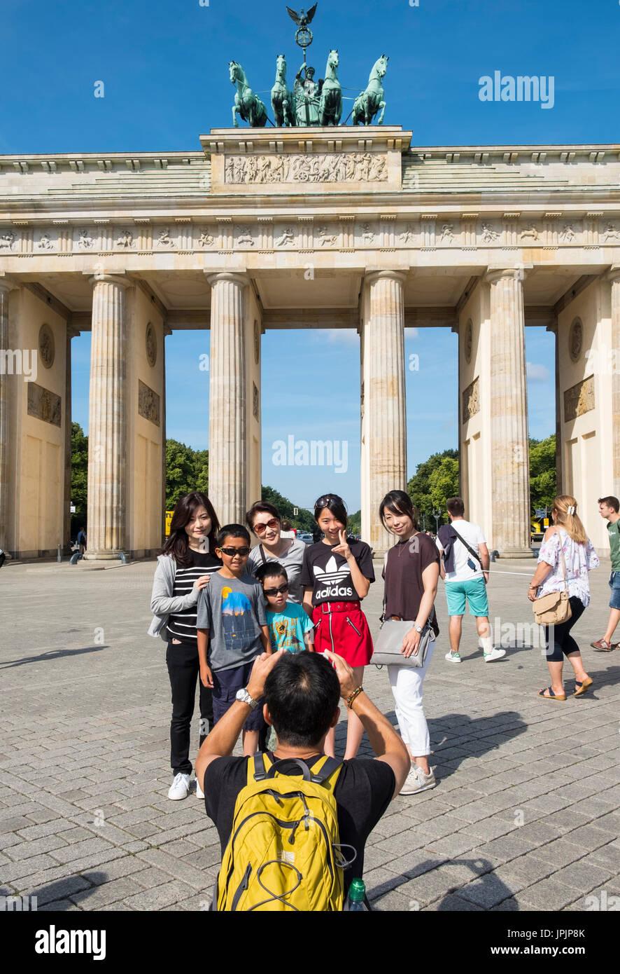 Asiatische Reisegruppe Entsendung für Foto vor dem Brandenburger Tor in Mitte Berlins Deutschland Stockfoto