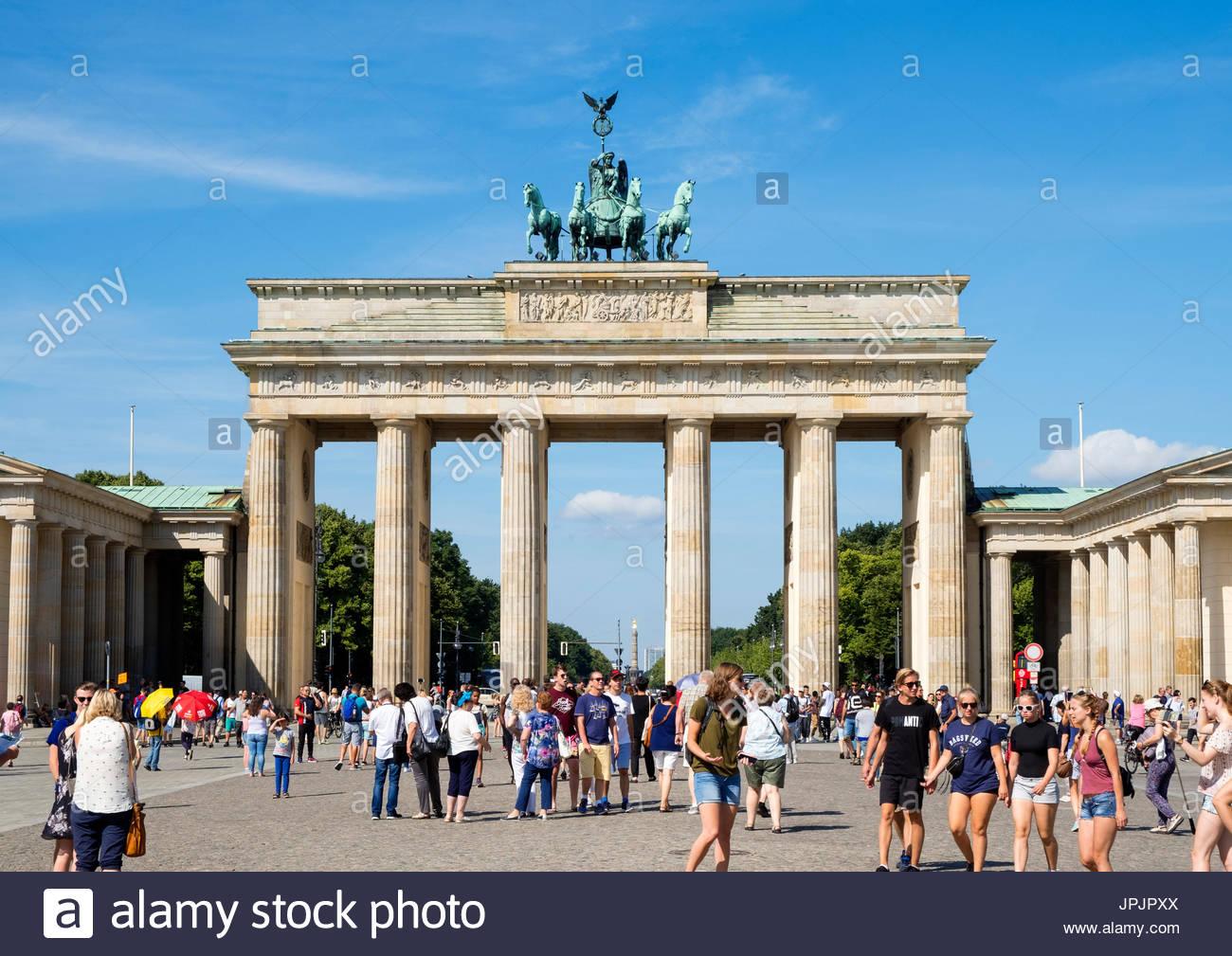 Viele Touristen stehen vor dem Brandenburger Tor in Mitte Berlins Deutschland Stockfoto