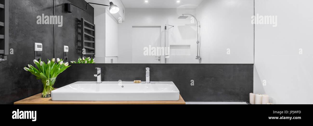 Schwarz / weiß Badezimmer mit großem Spiegel und Arbeitsplatte ...