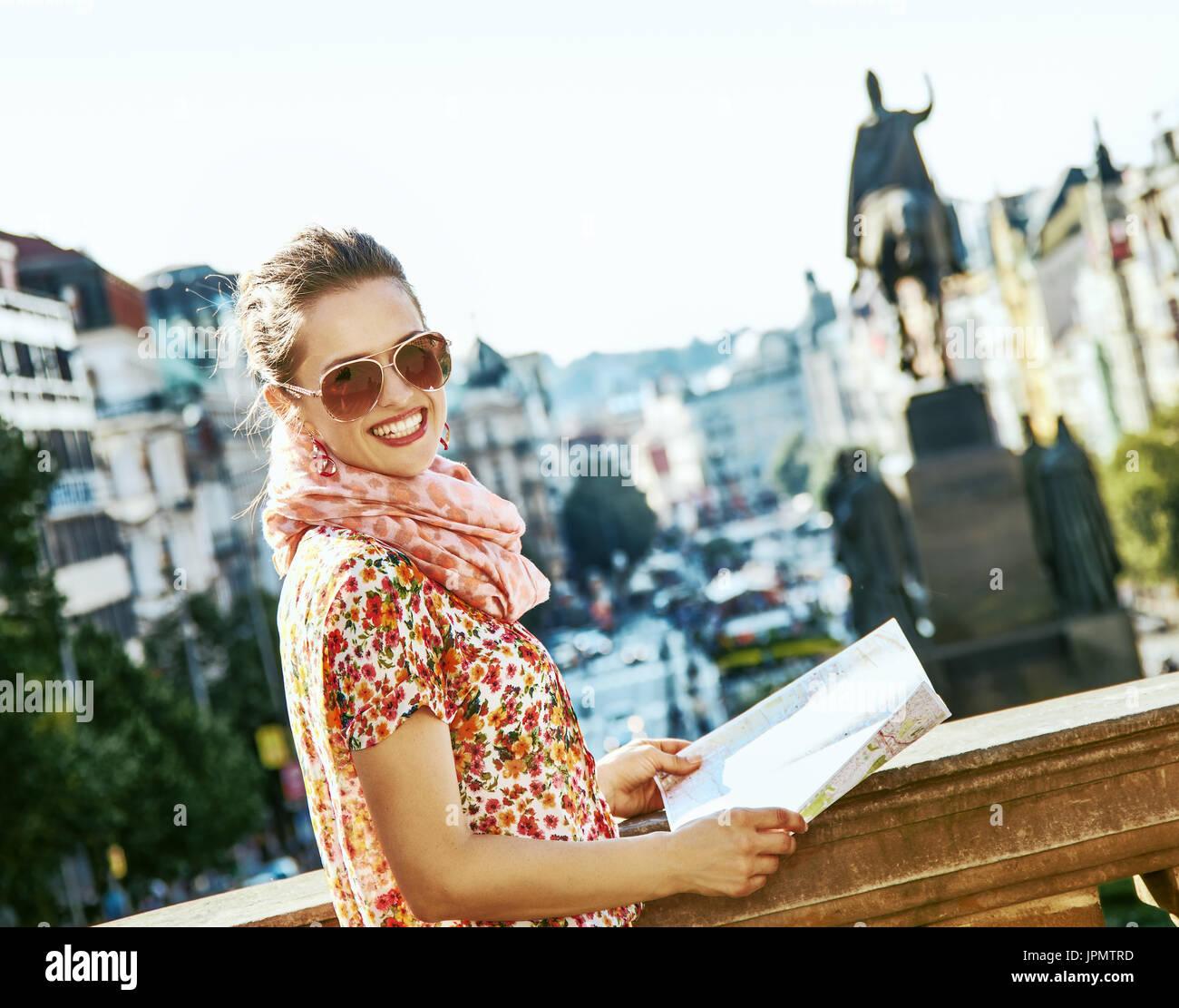 Prag Karte Europa.Der Geist Des Alten Europa In Prag Lächelnde Junge Touristen Frau