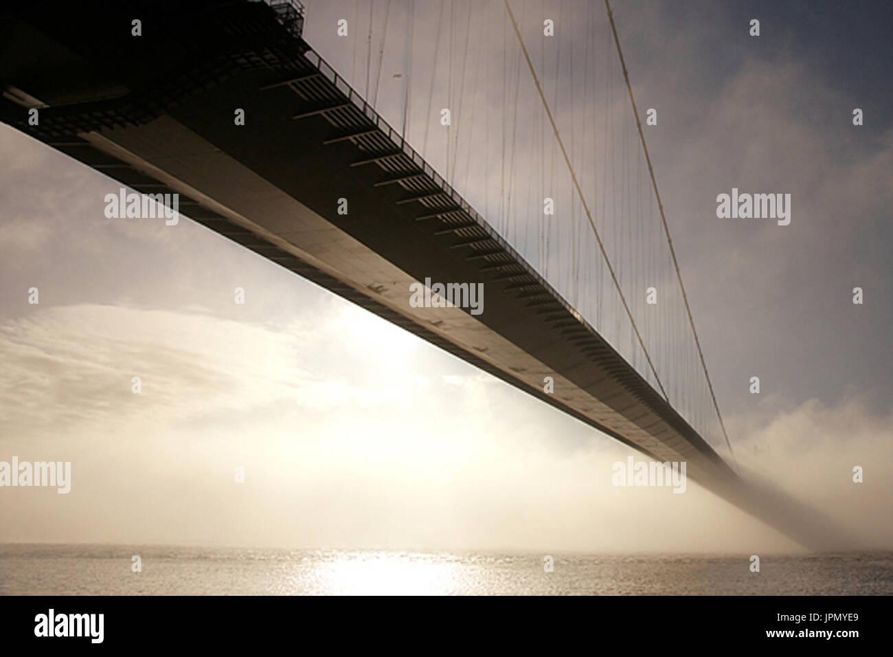 Humber Bridge im Nebel Bank, der Kunst, der Humber-mündung Stockbild