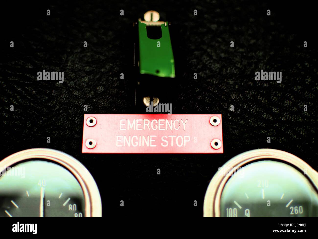 Ein alte Not-Stopp-Schalter mit einem grünen Deckel und übersetzen. Stockfoto