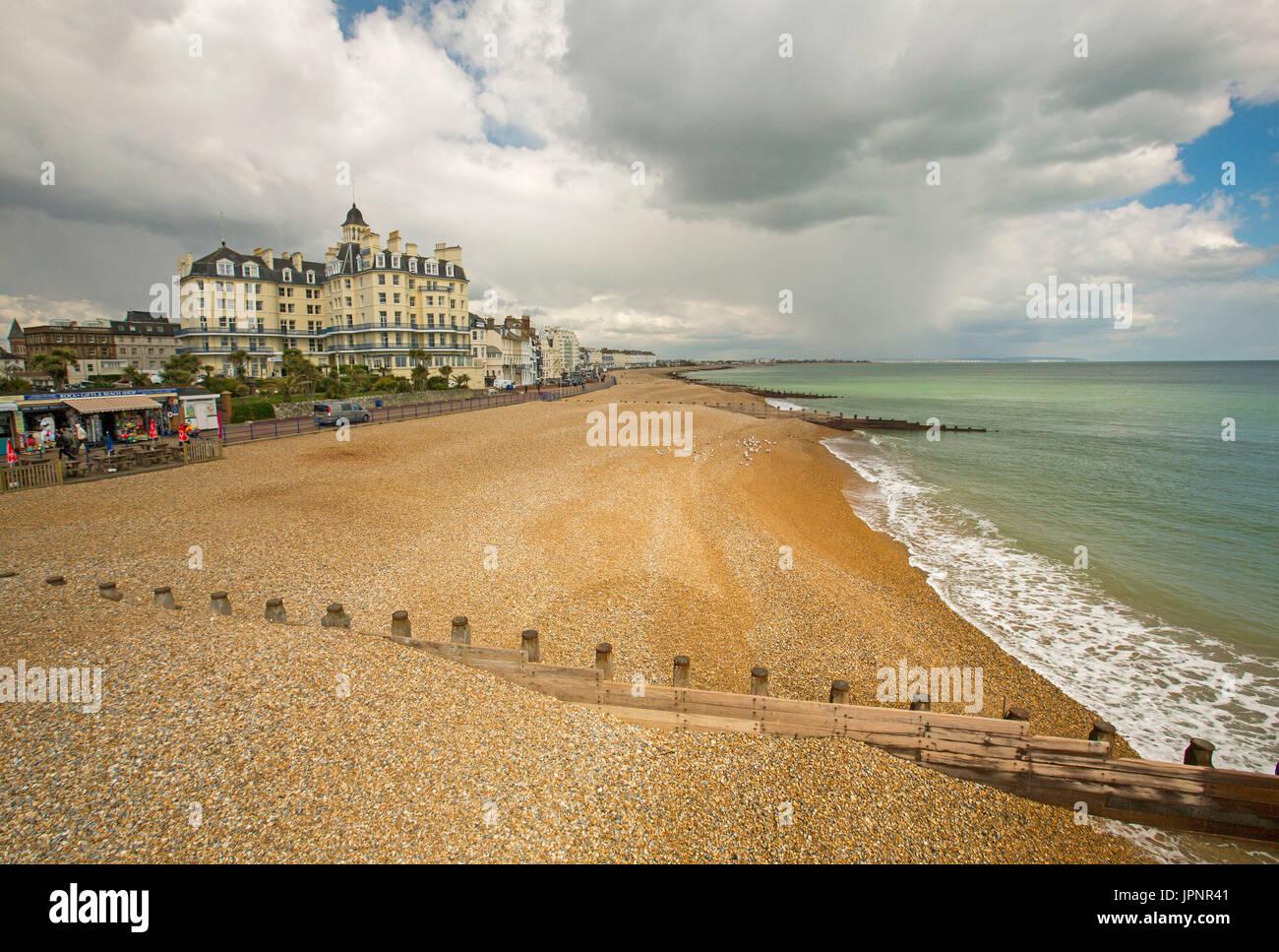 Verlassenen Strand, türkisfarbenen Wasser des Ozeans, und Reihe von Waterfront Hotels und Pensionen an Englisch Urlaubsziel von Eastbourne Stockbild