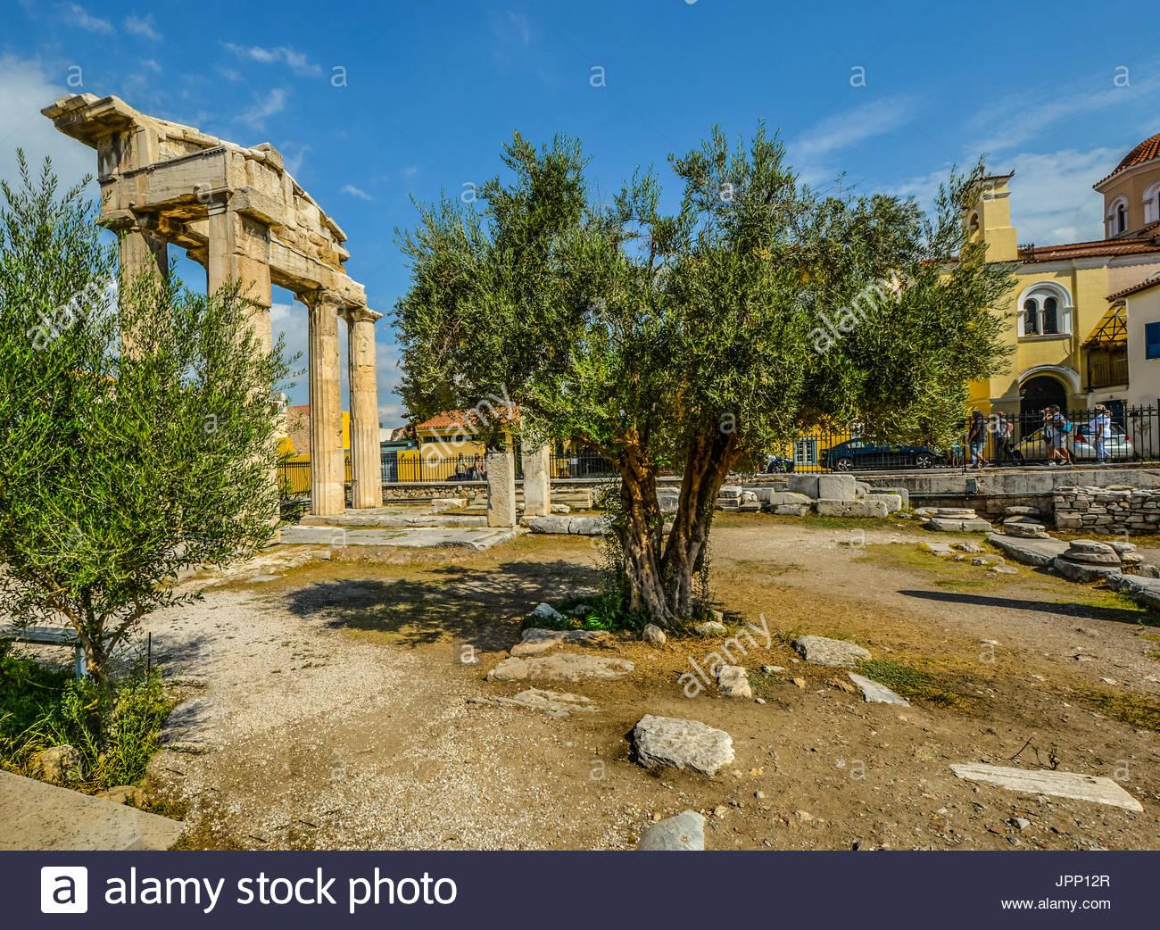 Das Tor der Athena Archegetis in dem Roman Agora in Athen Griechenland an einem warmen Sommertag mit einem Olivenbaum im Vordergrund Stockbild