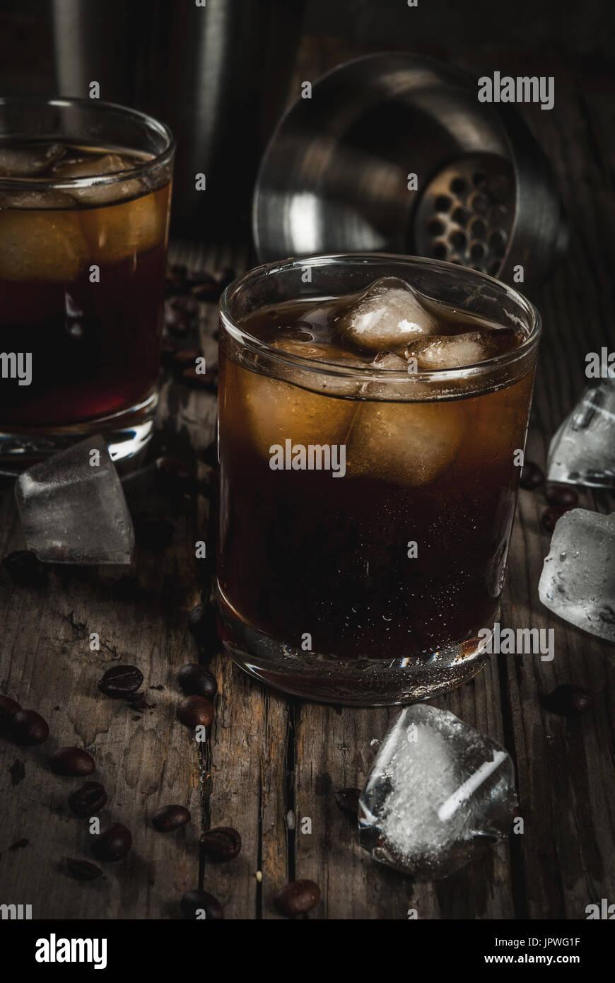 Alkohol. Getränke, versoffene Black Russian cocktail mit Wodka und ...
