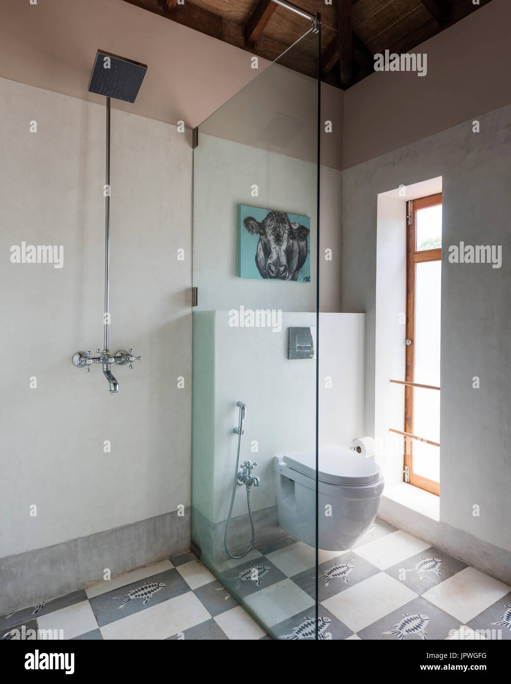 Badezimmer Mit Kuh Malerei über Toilette Stockbild
