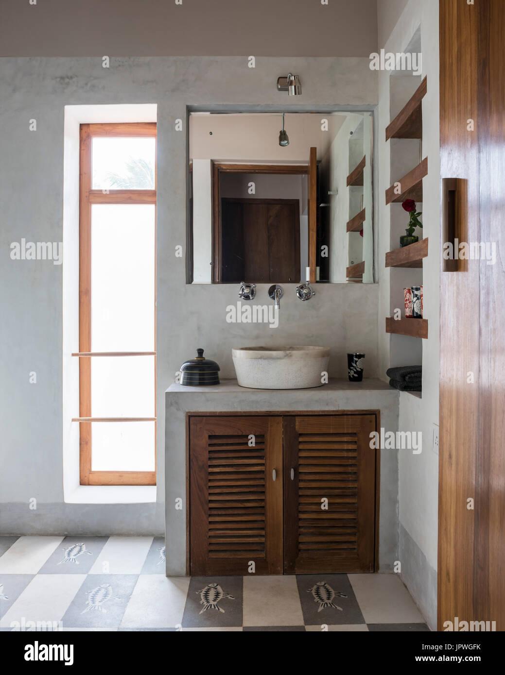 weißes badezimmer mit holz schränke stockfoto, bild: 151767159 - alamy