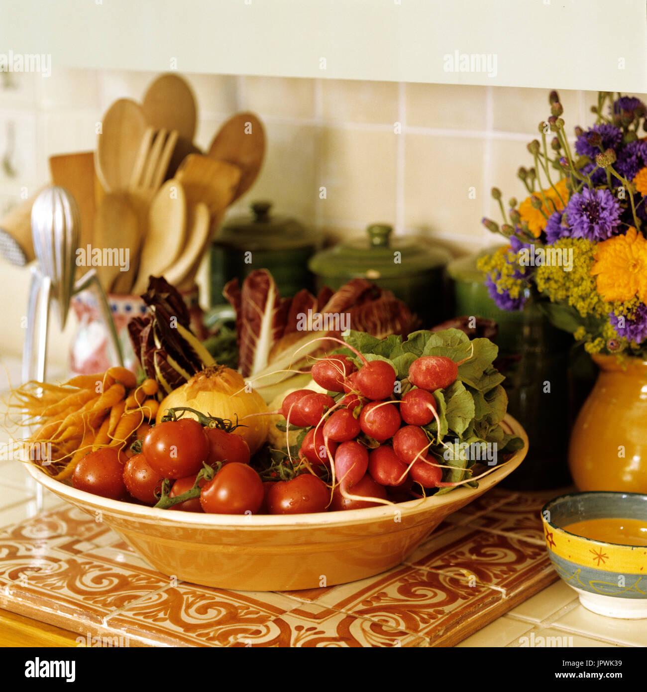 Schüssel mit Gemüse Stockbild